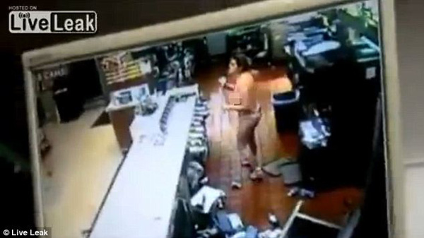 """Cô gái trẻ """"thoát y"""", đập phá trong cửa hàng McDonald 5"""