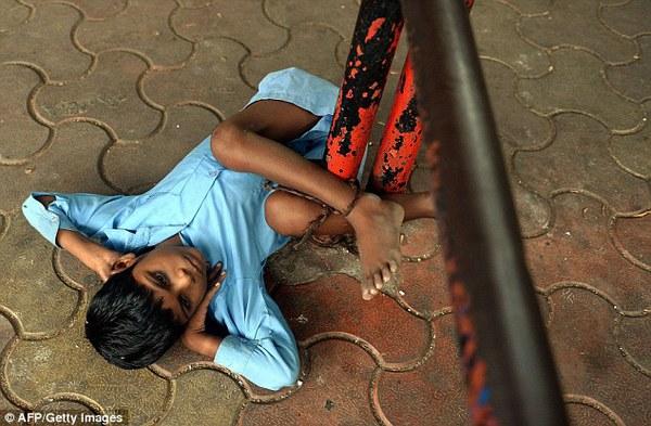 Xót xa bà trói cháu 9 tuổi tật nguyền vào trạm xe buýt mỗi khi đi làm 3