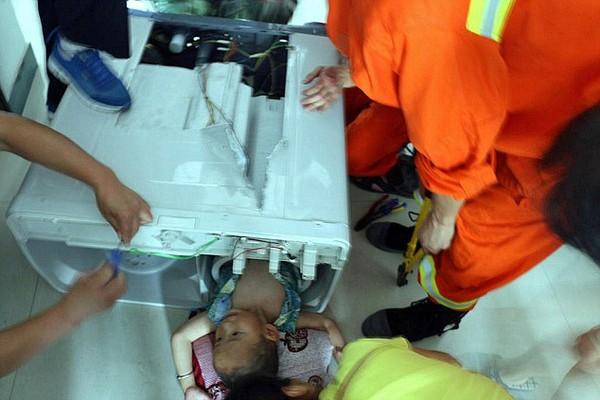 Cận cảnh cưa máy giặt giải cứu bé 3 tuổi bị mắc kẹt bên trong 1