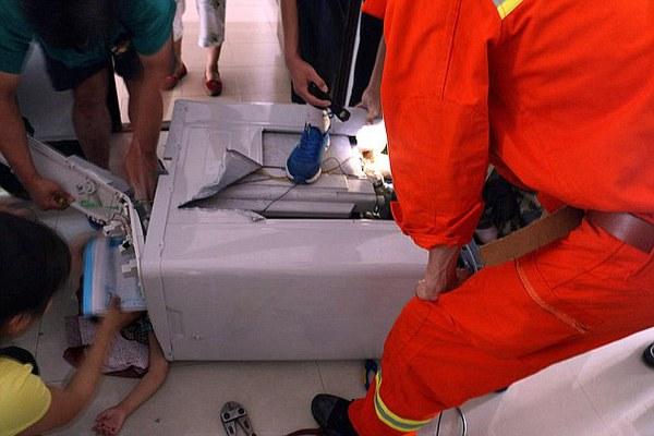 Cận cảnh cưa máy giặt giải cứu bé 3 tuổi bị mắc kẹt bên trong 3