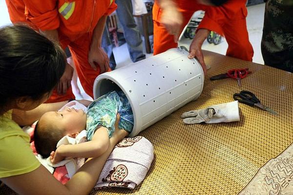 Cận cảnh cưa máy giặt giải cứu bé 3 tuổi bị mắc kẹt bên trong 4