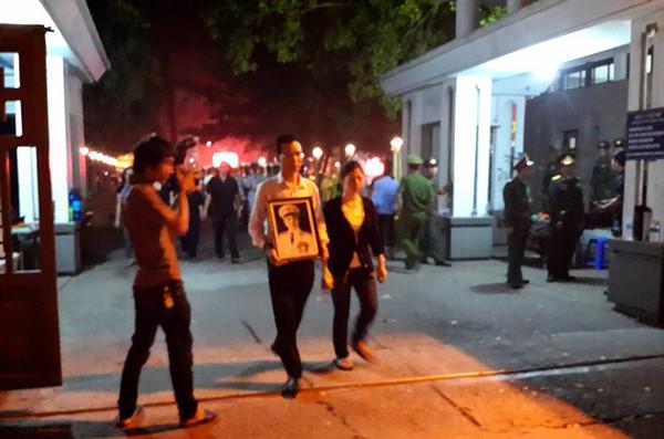 Quanh nhà tang lễ vẫn đông người trong đêm khuya 1