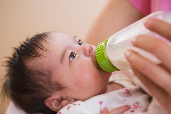 Những dấu hiệu nhắc mẹ phải đổi sữa cho con 1