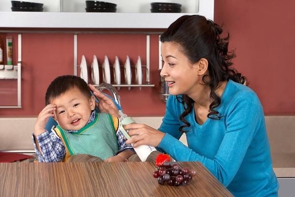 Bác sĩ dinh dưỡng mách mẹ cách trị trẻ biếng ăn 1