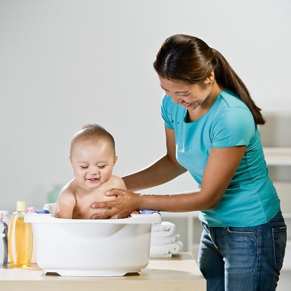 Những đồ thiết yếu mẹ cần sắm khi cho bé tắm gội 5