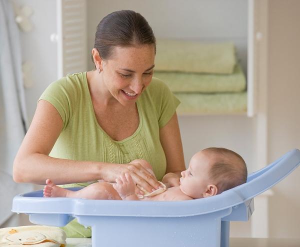 Những đồ thiết yếu mẹ cần sắm khi cho bé tắm gội 1
