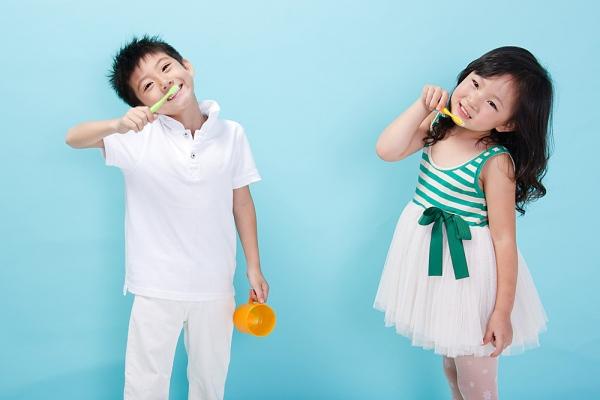 Image result for Chọn đúng loại kem đánh răng cho bé