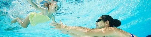 Những ẩn họa ở bể bơi công cộng với sức khỏe của bé 2