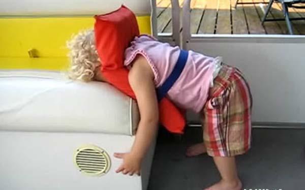 Không thể nhịn cười với chùm ảnh bé hài hước khi ngủ 19