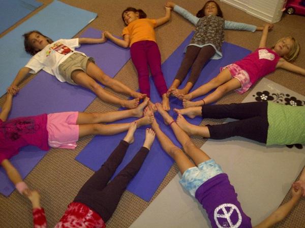 5 tư thế yoga tuyệt vời cho bé 3