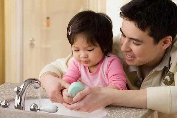 Kết quả hình ảnh cho rửa tay cho bé