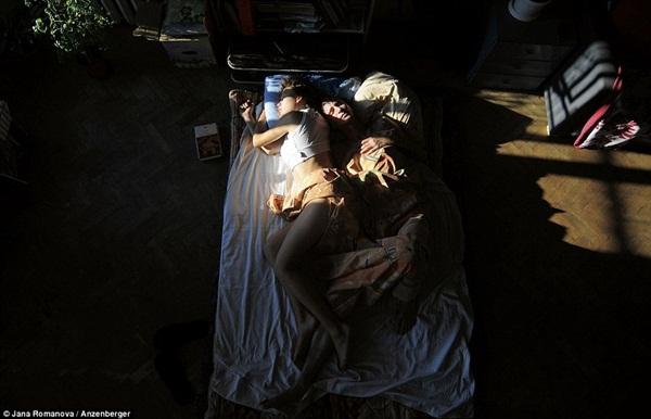 Hình ảnh chân thực về tư thế ngủ của các gia đình có bà mẹ đang mang thai 11