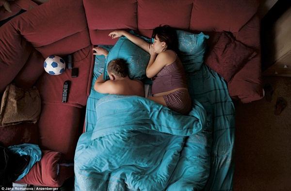 Hình ảnh chân thực về tư thế ngủ của các gia đình có bà mẹ đang mang thai 12