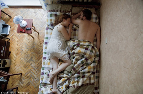 Hình ảnh chân thực về tư thế ngủ của các gia đình có bà mẹ đang mang thai 14
