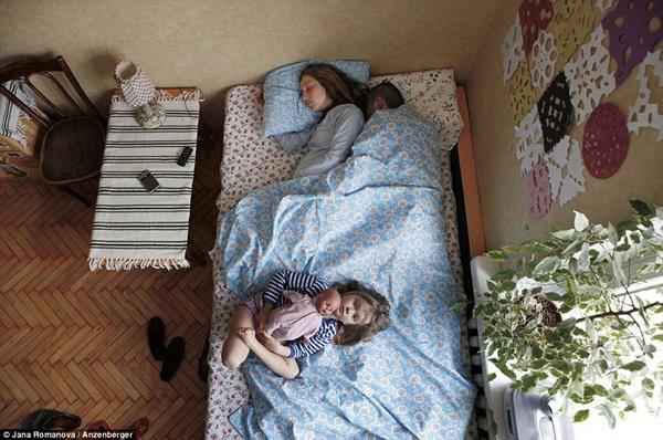 Hình ảnh chân thực về tư thế ngủ của các gia đình có bà mẹ đang mang thai 3