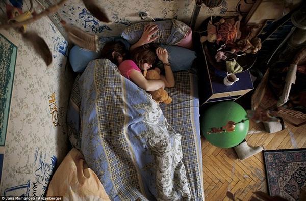 Hình ảnh chân thực về tư thế ngủ của các gia đình có bà mẹ đang mang thai 5