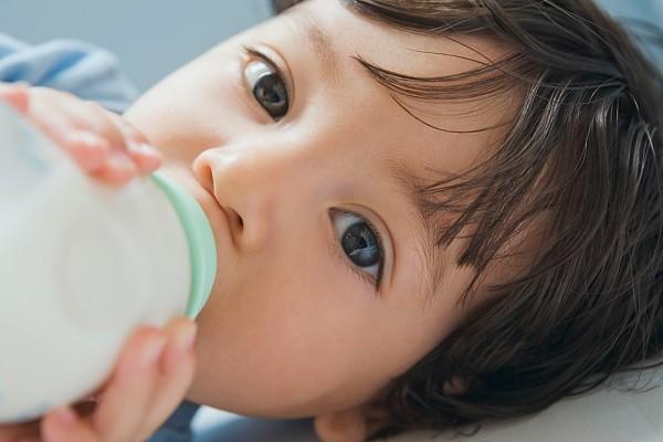 Hướng dẫn cho bé bú bình đúng cách để không bị viêm tai 1