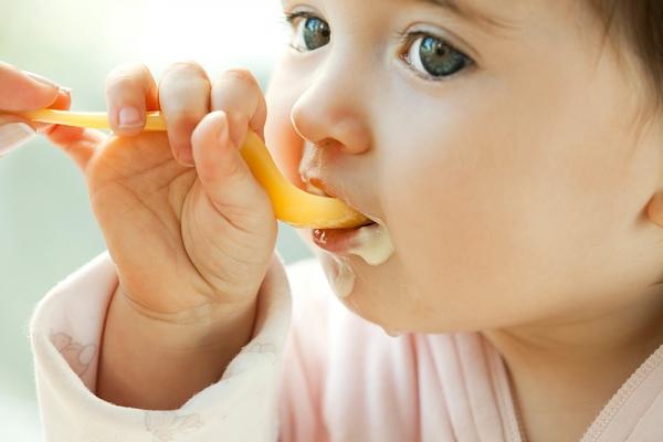 10 mẹo giúp mẹ tập cho bé tự xúc ăn bằng thìa 5