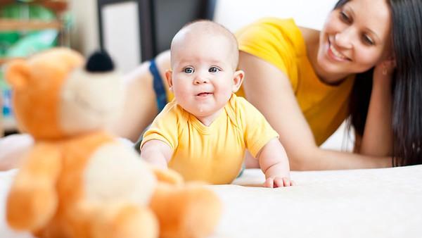 Các mốc phát triển bình thường của bé 4 tháng tuổi  2