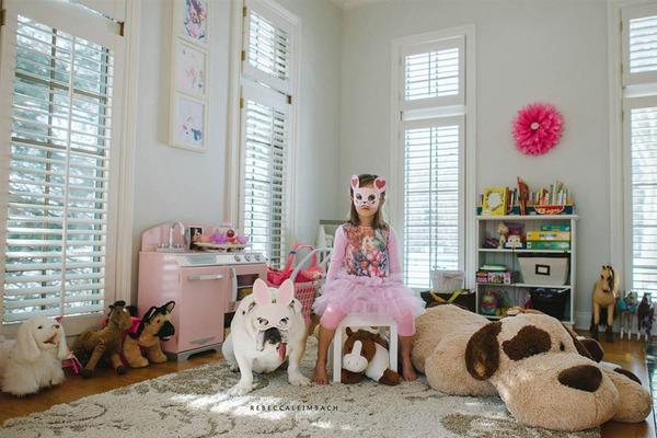 Tình bạn cực đáng yêu giữa cô bé 4 tuổi và chó cưng 11