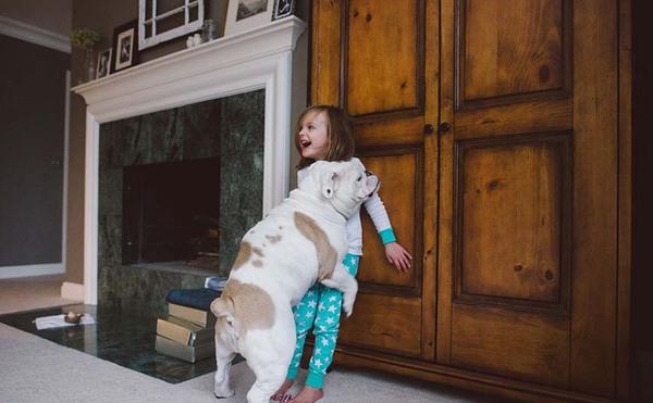 Tình bạn cực đáng yêu giữa cô bé 4 tuổi và chó cưng 1