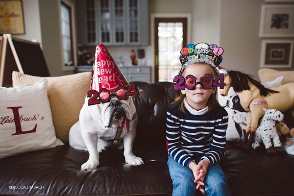Tình bạn cực đáng yêu giữa cô bé 4 tuổi và chó cưng 25