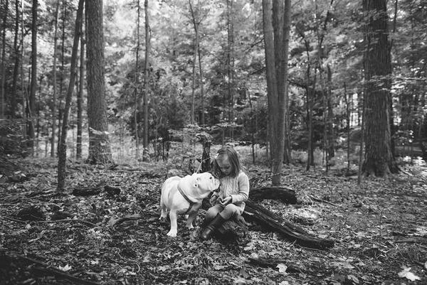 Tình bạn cực đáng yêu giữa cô bé 4 tuổi và chó cưng 22