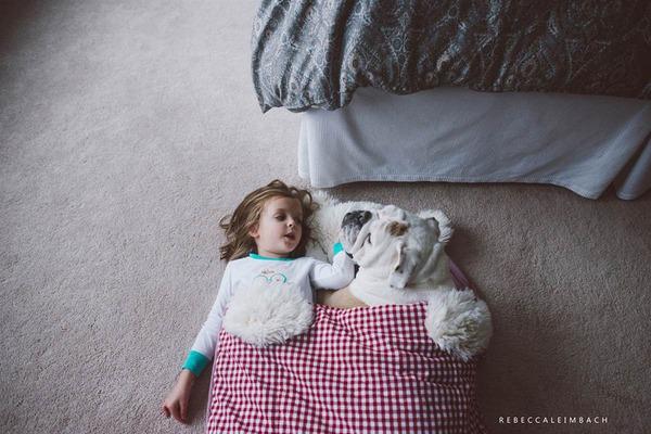 Tình bạn cực đáng yêu giữa cô bé 4 tuổi và chó cưng 24