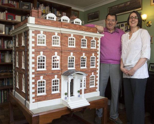 Người cha dành 35 năm để xây ngôi nhà búp bê cho con gái 2