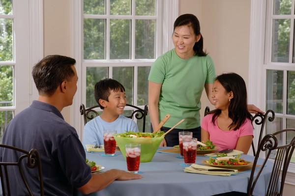 5 nguyên tắc trên bàn ăn bạn nên dạy con 1