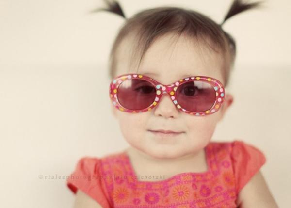 Cho bé đeo kính râm: Lợi hay hại? 1