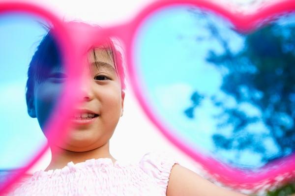 Cho bé đeo kính râm: Lợi hay hại? 2