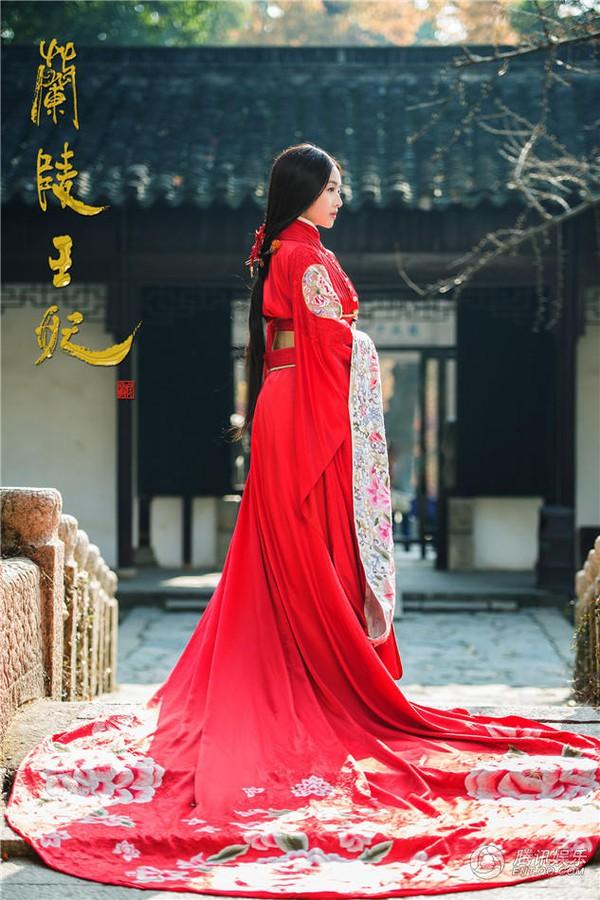 Mỹ nhân Hoa ngữ rực rỡ trong tà áo cưới 1