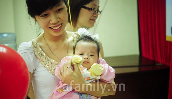 Gặp bố mẹ nuôi 2 bé sinh đôi mát tay 3