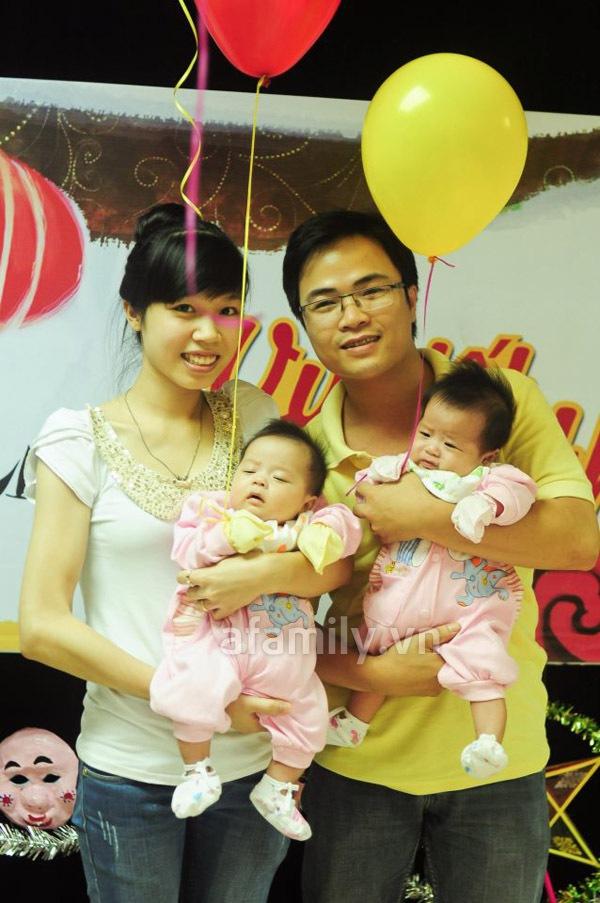 Gặp bố mẹ nuôi 2 bé sinh đôi mát tay 1
