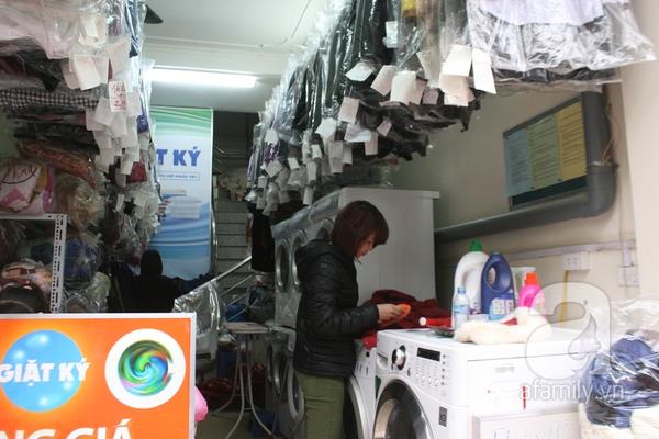 Mưa phùn, nồm ẩm, dịch vụ giặt khô là hơi đắt như tôm tươi 5