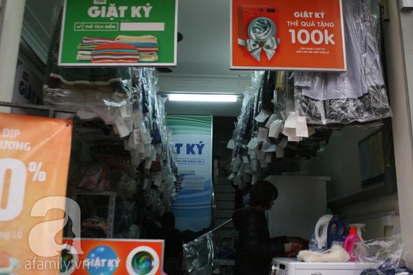 Mưa phùn, nồm ẩm, dịch vụ giặt khô là hơi đắt như tôm tươi 4