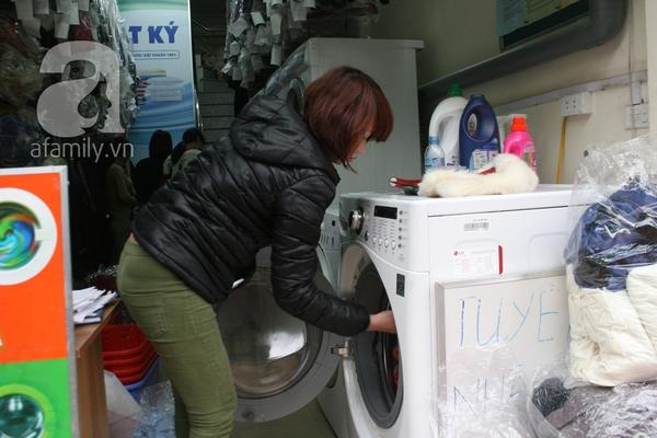 Mưa phùn, nồm ẩm, dịch vụ giặt khô là hơi đắt như tôm tươi 2
