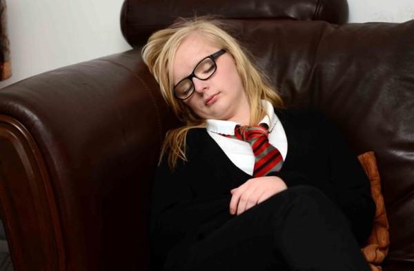 """Thiếu nữ 14 tuổi mắc chứng """"Người đẹp ngủ"""" 1"""