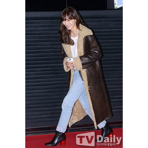Kim So Yeon có cùng cách mix đồ với quần Jeans xanh tạo cảm giác trẻ trung, sành điệu. Chiếc áo khoác này có thiết kế sang trọng với bề mặt là da cừu màu nâu sẫm và bên trong được lót lông cừu vô cùng ấm áp, phù hợp cho cả nam và nữ.