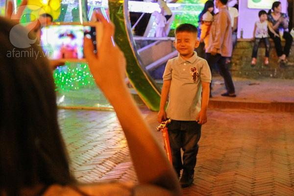 Chùm ảnh: Những em bé Sài Gòn đáng yêu đi đón Giao thừa 7