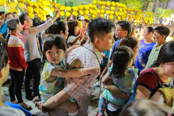 Chùm ảnh: Những em bé Sài Gòn đáng yêu đi đón Giao thừa 8