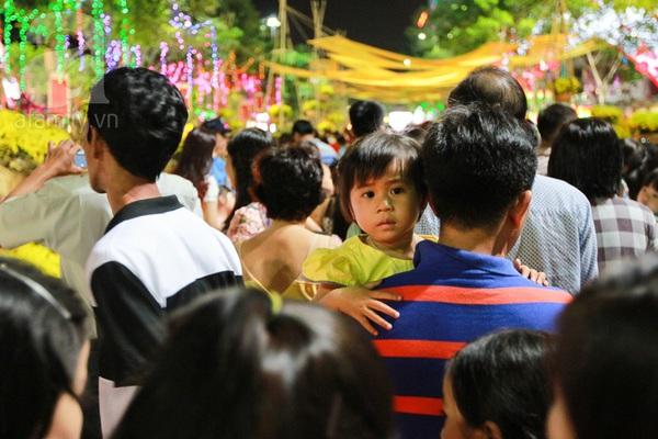 Chùm ảnh: Những em bé Sài Gòn đáng yêu đi đón Giao thừa 9