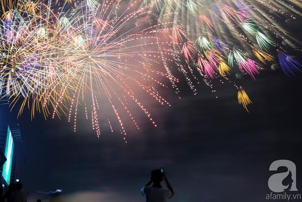 Pháo hoa rực sáng bầu trời chào đón năm mới Ất Mùi 2015 1