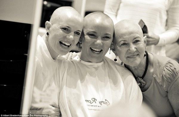 Xúc động với clip cùng cạo tóc để động viên một người bạn bị ung thư vú 3