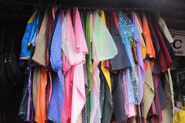 Nguy hiểm khi dùng phải áo mưa chứa hóa chất hại não 1