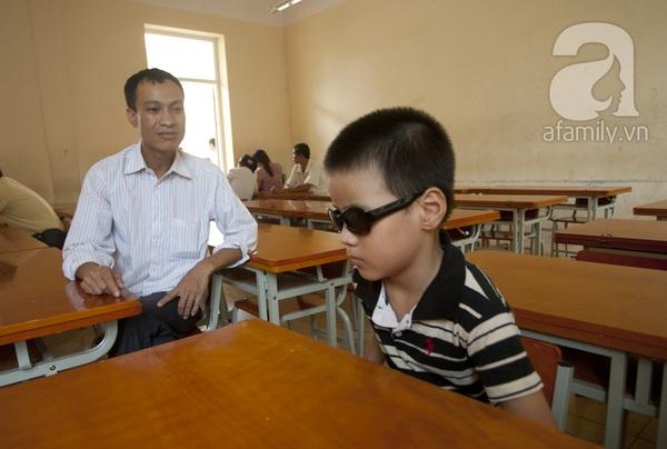 Xúc động ngày đầu tiên đi học của các bé khiếm thị  10