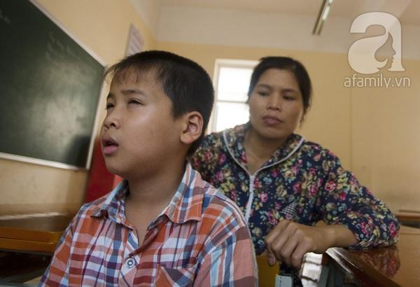 Xúc động ngày đầu tiên đi học của các bé khiếm thị  11