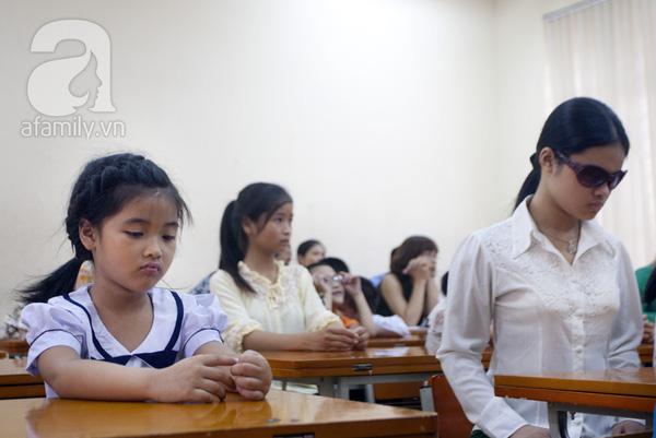 Xúc động ngày đầu tiên đi học của các bé khiếm thị  13