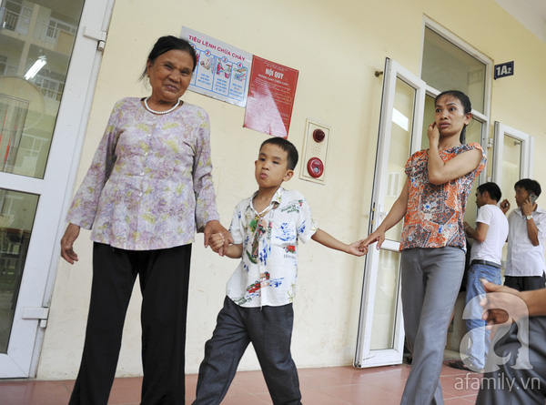 Xúc động ngày đầu tiên đi học của các bé khiếm thị  14
